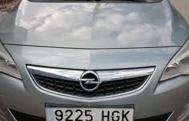 Hire a Opel Astra in Castelldefels