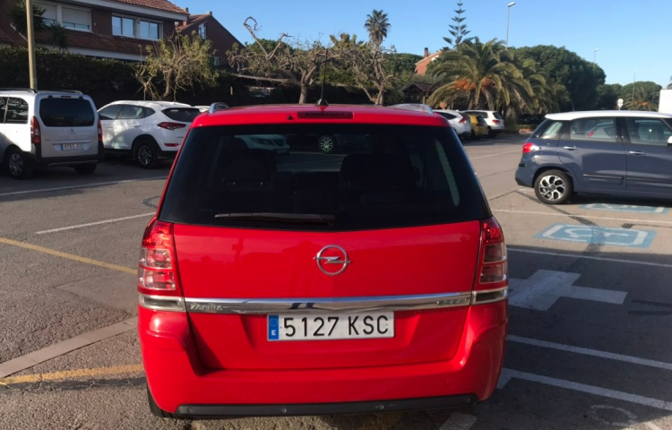 Hire a Opel Zafira in Gavà